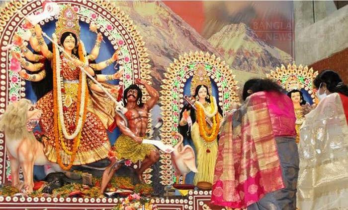 দুর্গাপূজার চতুর্থ দিন মহানবমীতে দেবী দুর্গাকে প্রাণ ভরে দেখে নিচ্ছেন ভক্তরা। ছবি: ডিএইচ বাদল