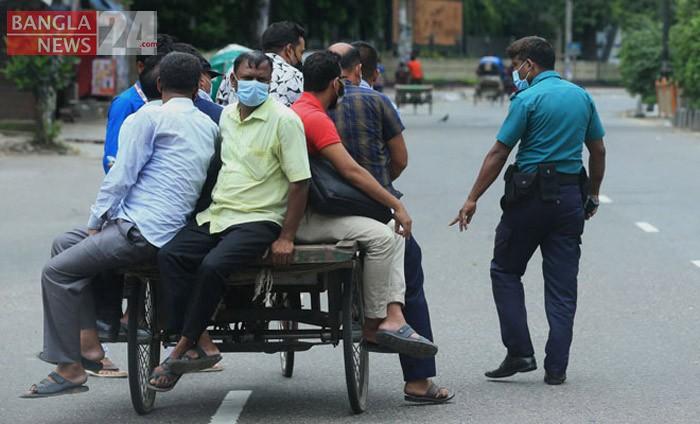 কঠোর বিধিনিষেধে ভ্যানে যাত্রা টানছে চালক। ছবি: শোয়েব মিথুন